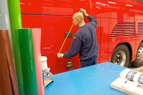 Roberto Preti al lavoro nel reparto verniciatura EvoBus Italia