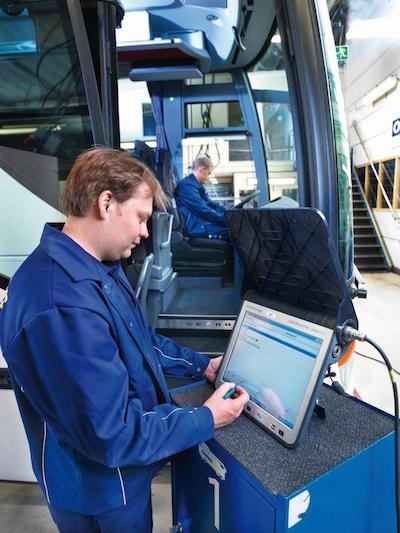 Un operatore allo STAR DIAGNOSIS per rilevare i guasti sull'autobus....