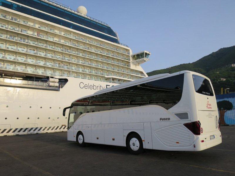Il nuovo Setra di Amalfi Turcoop già in servizio accanto ad una nave da crociera.