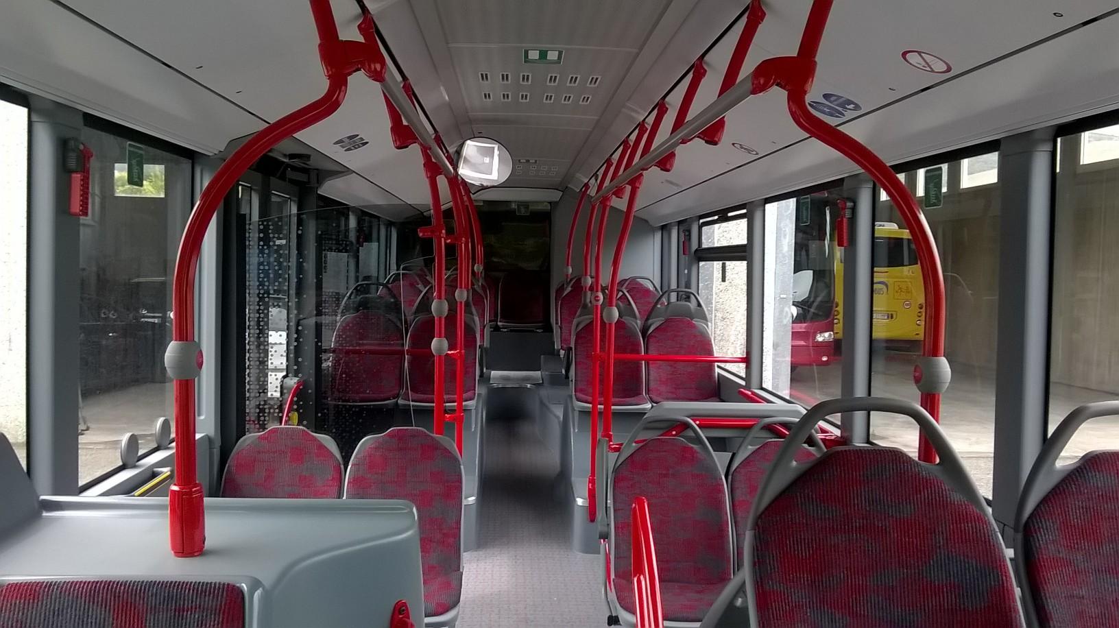 Un'immagine scattata a bordo del nuovo Citaro fra sedili e mancorrenti colorati.