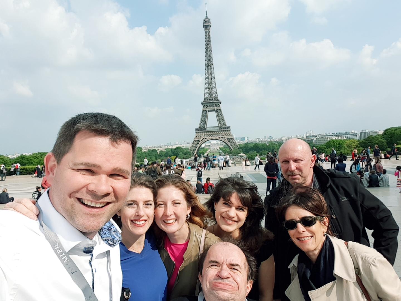 Con alcuni colleghi degli uffici marketing delle filiali europee EvoBus, in posa sotto la Tour Eiffel.