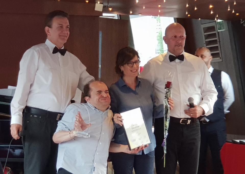 Il momento della premiazione dei Marketing Excellence Award, avvenuta a Parigi nel mese di maggio. Presenti, per il marketing EvoBus Italia, Giovanna Lusvardi e Francesco Bellini.