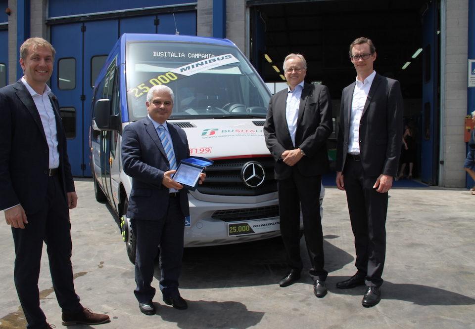 Sprinter 25.000 - da sx Heinz Friedrich di EvoBus Italia, Antonio Barbarino di Busitalia Campania, Ulrich Hesselman e Bernd Pösentrup di Mercedes-Benz Minibus.