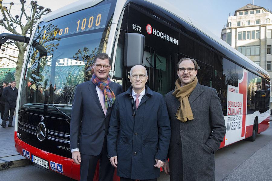 Till Oberwörder, Daimler Buses, il Dottor Peter Tschentscher, sindaco di Amburgo e Henrik Falk, a capo dell'azienda TPL Hamburger Hochbahn AG al momento della consegna del primo eCitaro.