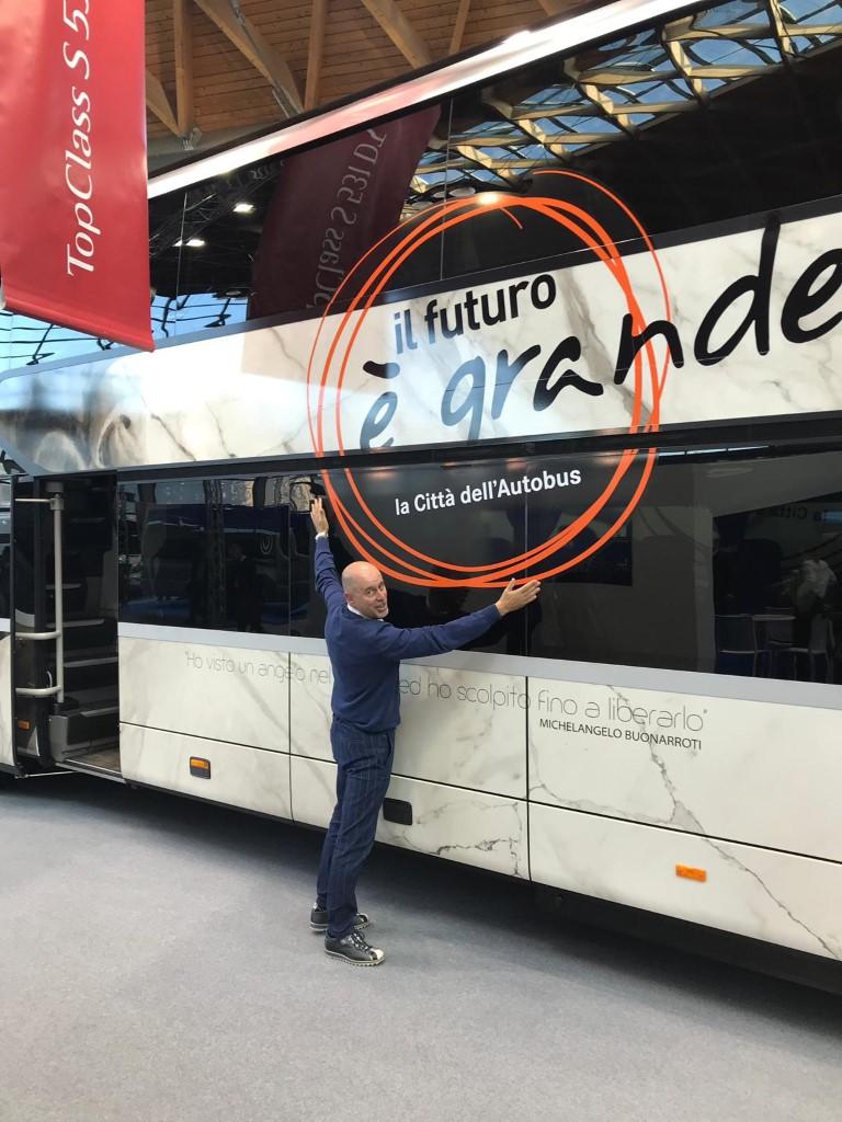 Consegna Setra 2018 F.lli Verona Bustatuario Riccardo Verona abbraccia il suo Bustatuario sullo stand EvoBus a IBE 2018